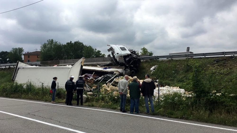 Incidente in a14 camion esce di strada - Incidente giardini naxos oggi ...