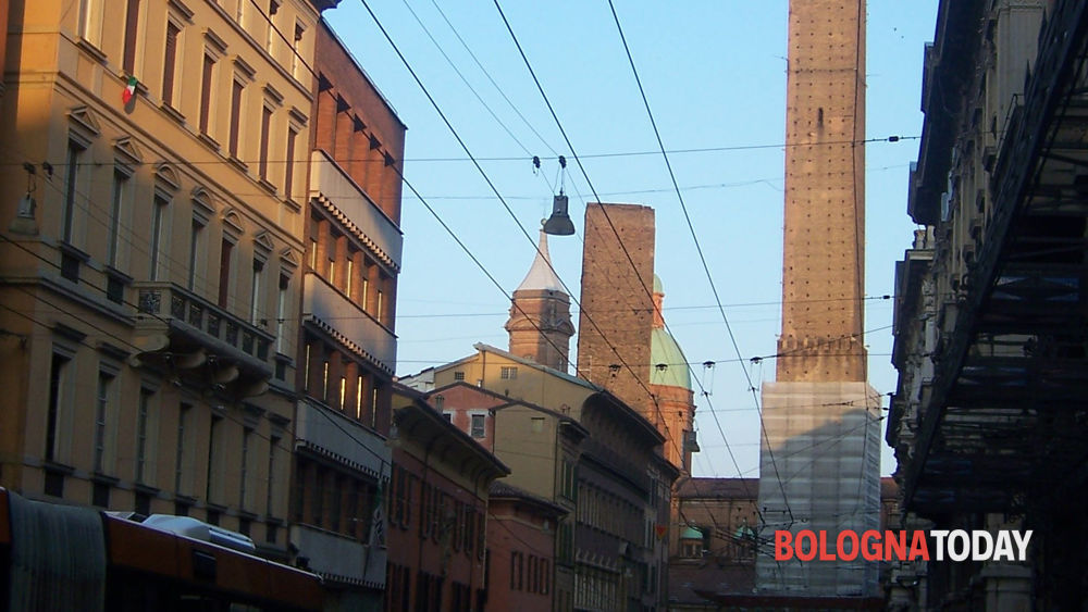 http://www.bolognatoday.it/~media/horizontal-hi/38620150857450/via-rizzoli-bologna-2.jpg
