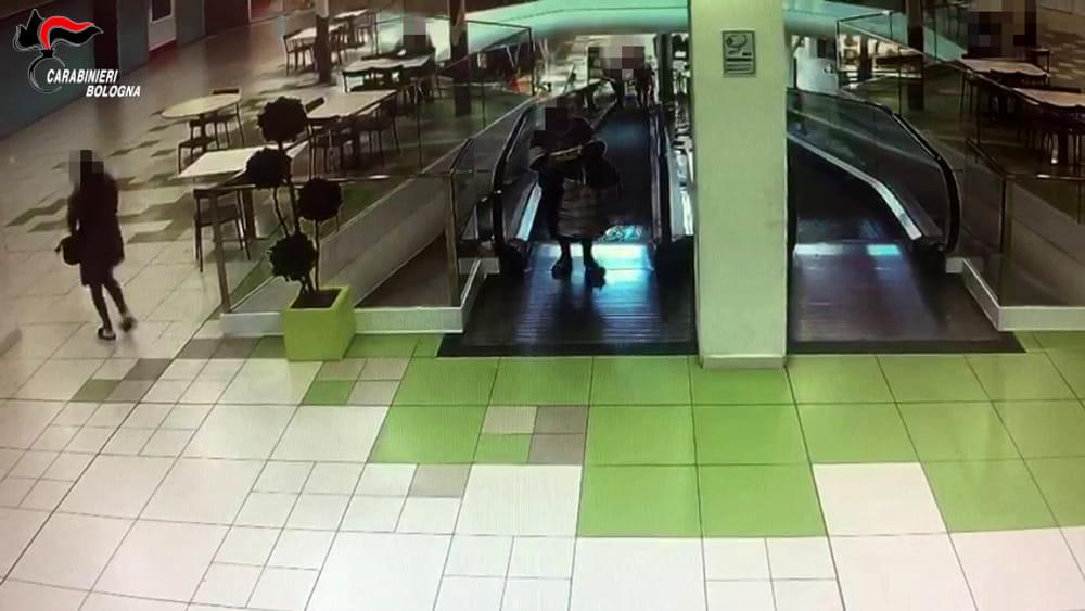 CentroBorgo, anziana borseggiata sulla scala mobile: due in arresto