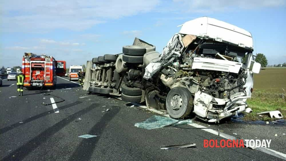 Incidente in a14 scontro tra camper e camion traffico for Cronaca galatina oggi
